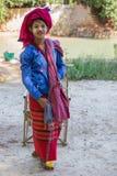 INLE-SJÖ, MYANMAR - November 30, 2014: en oidentifierad flicka in Royaltyfri Fotografi
