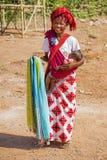INLE-SJÖ, MYANMAR - November 30, 2014: en oidentifierad kvinna in Royaltyfria Foton