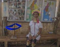 Inle sjö, Myanmar, November 10, 2014 flickan med de guld- cirklarna på halsen royaltyfria bilder