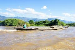 INLE-SJÖ, MYANMAR - November 23: Transportering av bambu över vatten Royaltyfri Bild