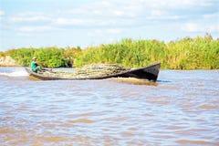 INLE-SJÖ, MYANMAR - November 23: Transportering av bambu över vatten Royaltyfri Fotografi