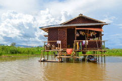 INLE-SJÖ, MYANMAR SEPTEMBER 26, 2016: Berömt sväva arbeta i trädgården på Inle sjön Royaltyfria Foton