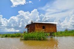 INLE-SJÖ, MYANMAR SEPTEMBER 26, 2016: Berömt sväva arbeta i trädgården på Inle sjön Royaltyfri Bild