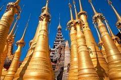 inlelakemyanmar stupas Arkivbilder
