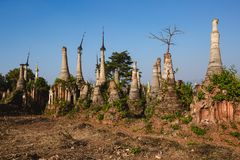 Inlemeer, Myanmar: 25 februari, 2014: Oude Stupas in Indein, Inle Stock Foto's