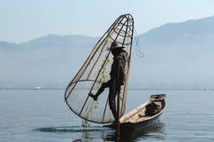 Inlemeer, Myanmar - 25 februari 2014: Visser Rowing His Boat  royalty-vrije stock foto