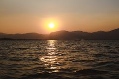 Inlemeer, Myanmar - 25 februari, 2014: Zonsondergang op Inle-Meer, Myanmar Stock Foto's