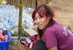 Inlemeer, Myanmar -17 Maart 2015: Birmaans meisje die plastic flessen sorteren Inlemeer Stock Fotografie