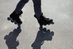 Inline åka skridskor balansera agerar royaltyfria foton