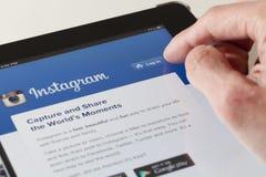 Inloggning av den Instagram webpagen på en ipad Arkivfoton