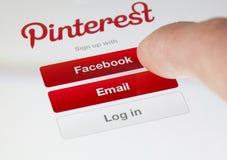 Inloggning av Pinterest app royaltyfri foto