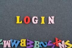 INLOGGNINGSord på svart brädebakgrund som komponeras från träbokstäver för färgrikt abc-alfabetkvarter, kopieringsutrymme för ann Arkivfoton