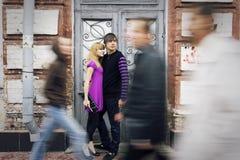 Inlove de couples sur la rue Images stock