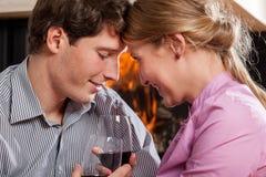 Inlovemensen die wijn drinken Royalty-vrije Stock Foto's
