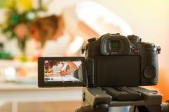 Inluencer vlogger pracuje na stołowym kamera wideo obraz royalty free