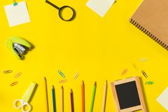 Inmóvil en fondo amarillo imagen de archivo libre de regalías