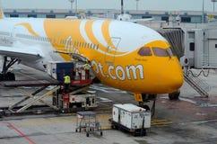 Inmóvil Scoot el aeroplano de la línea aérea mantenido en la pista de despeque Singapur del aeropuerto de Changi Fotografía de archivo libre de regalías
