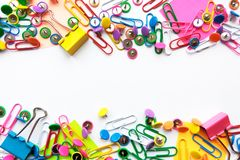 Inmóviles coloridos, de nuevo a escuela, los materiales de oficina empapelan los clips, pernos, notas amarillas, etiquetas engoma imagen de archivo libre de regalías
