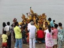 Inmersión del ídolo de Durga en Kolkata Imagen de archivo libre de regalías