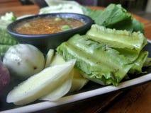 Inmersión del chile de la goma del camarón con las verduras frescas Imagenes de archivo