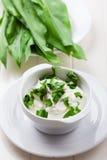 Inmersión del yogur con ajo salvaje fresco Imagen de archivo libre de regalías