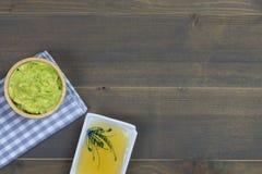 Inmersión o guacamole del aguacate con la miel en la tabla de madera Foto de archivo libre de regalías