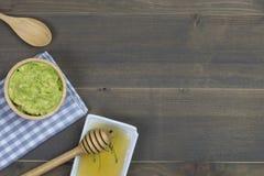 Inmersión o guacamole del aguacate con la miel en la tabla de madera con el texto libre Fotografía de archivo libre de regalías