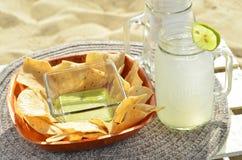 Inmersión verde de la salsa del aguacate, microprocesadores de tortilla, limonada, bocado de la playa, Baja, México Foto de archivo libre de regalías