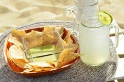 Inmersión verde de la salsa del aguacate, microprocesadores de tortilla, limonada, bocado de la playa, Baja, México Imagen de archivo libre de regalías