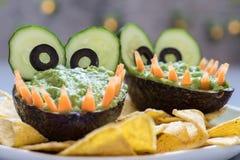 Inmersión y nachos divertidos del guacamole del aguacate del cocodrilo Imagenes de archivo