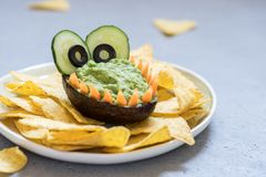Inmersión y nachos divertidos del guacamole del aguacate del cocodrilo Fotografía de archivo