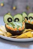 Inmersión y nachos divertidos del guacamole del aguacate del cocodrilo Fotos de archivo libres de regalías