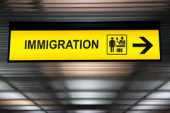 Inmigración del aeropuerto y muestra de las aduanas Foto de archivo libre de regalías