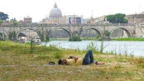 inmigrante que duerme en el paisaje urbano de Roma, crisis del refugiado, Italia, 4k metrajes