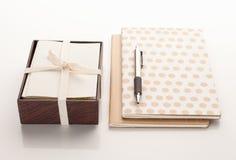 Inmóvil con dos cuadernos y una pluma Imagen de archivo