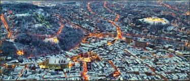 Inna nocy sceneria miasto Brasov, Transylvania w Rumunia z rada kwadratem, Czarnym kościół i cytadela widokiem od Tampa, Zdjęcia Royalty Free
