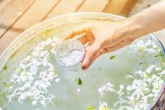 Innaffi in ciotola mista con profumo e fiorisce la corolla per Songkra fotografie stock
