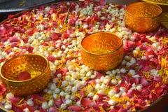 Innaffi in ciotola mista con profumo ed i fiori Immagini Stock