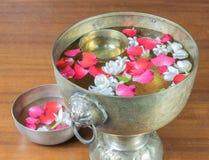 Innaffi con il gelsomino e la corolla delle rose in ciotola fotografia stock libera da diritti