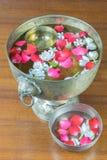 Innaffi con il gelsomino e la corolla delle rose in ciotola fotografia stock