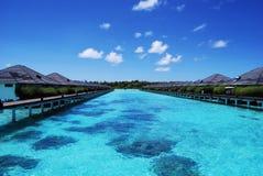 Innaffi i bungalow e cielo blu ed oceano blu Immagini Stock