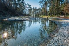 Innaffi il canale vicino alla terradi campeggio del obec di Å nell'inverno immagini stock libere da diritti