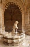 Innaffi il leone nel monastero di Jeronimos di Lisbona Fotografie Stock Libere da Diritti