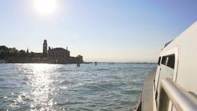 Innaffi il trasporto a Venezia, la vista dalla barca su Grand Canal, le riflessioni del sole archivi video