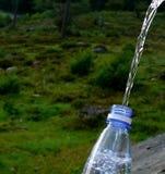 Innaffi il versamento nella bottiglia Fotografia Stock Libera da Diritti