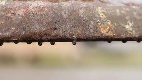Innaffi la colatura dal tubo vecchio, la superficie di metallo di corrosione della ruggine, utilità antiche video d archivio