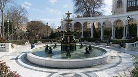 Innaffi la fontana all'aperto dorata con i piccoli angeli a Bacu, Azerbaigian Immagine Stock