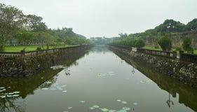 Innaffi la fossa o il fossato davanti all'entrata alla città imperiale, Vietnam immagine stock libera da diritti