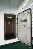 Innaffi la porta stretta su una nave, su una porta di uscita o su una porta di sicurezza Fotografie Stock Libere da Diritti