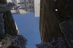 Innaffi la pozza sul pavimento sporco di una costruzione abbandonata Immagini Stock